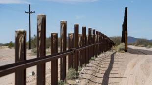 Dans le monument national d'Organ Pipe, certains sections de l'ancien mur frontalier vont être remplacées par une nouvelle version .