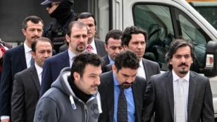 Les huit militaires turcs encadrés par des policiers grecs, le 26 janvier 2017.