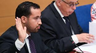L'ancien conseiller de l'Élysée, Alexandre Benalla, prête serment devant une comission d'enquête du Sénat à Paris, le 19 septembre 2018.