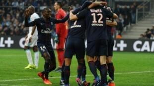 لاعبو باريس سان جرمان يحتفلون بالتسجيل في مرمى مرسيليا في 26 شباط/فبراير 2017