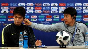 Le coach sud-coréen Shin Tae-yong (à droite) et Ki Sung-yueng, milieu qui porte le numéro 16. Enfin peut-être.