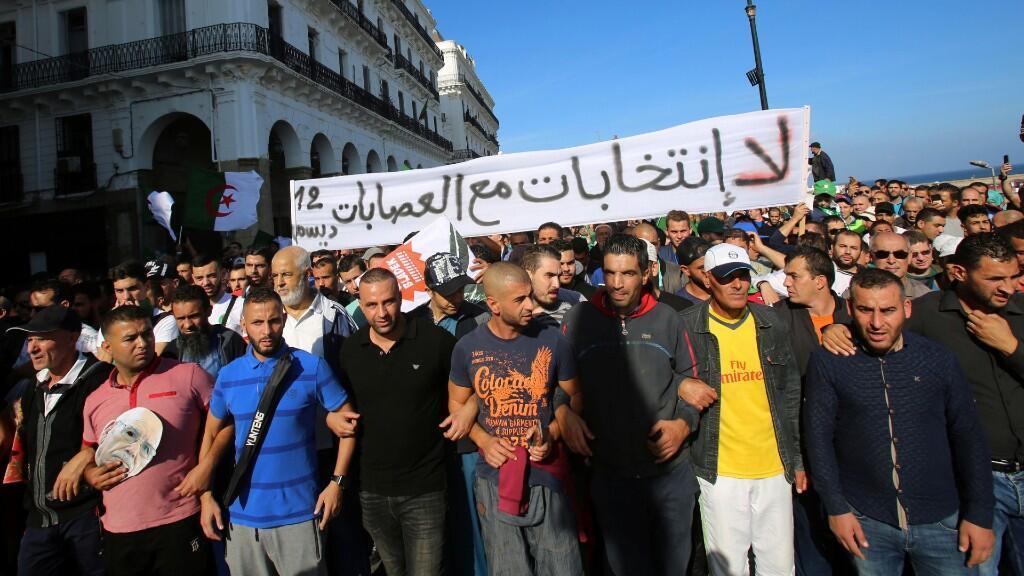 Miles de manifestantes se han movilizado desde otras partes del país hasta la capital, Argel, para acudir a la masiva manifestación en Argelia, 1 de noviembre del 2019.