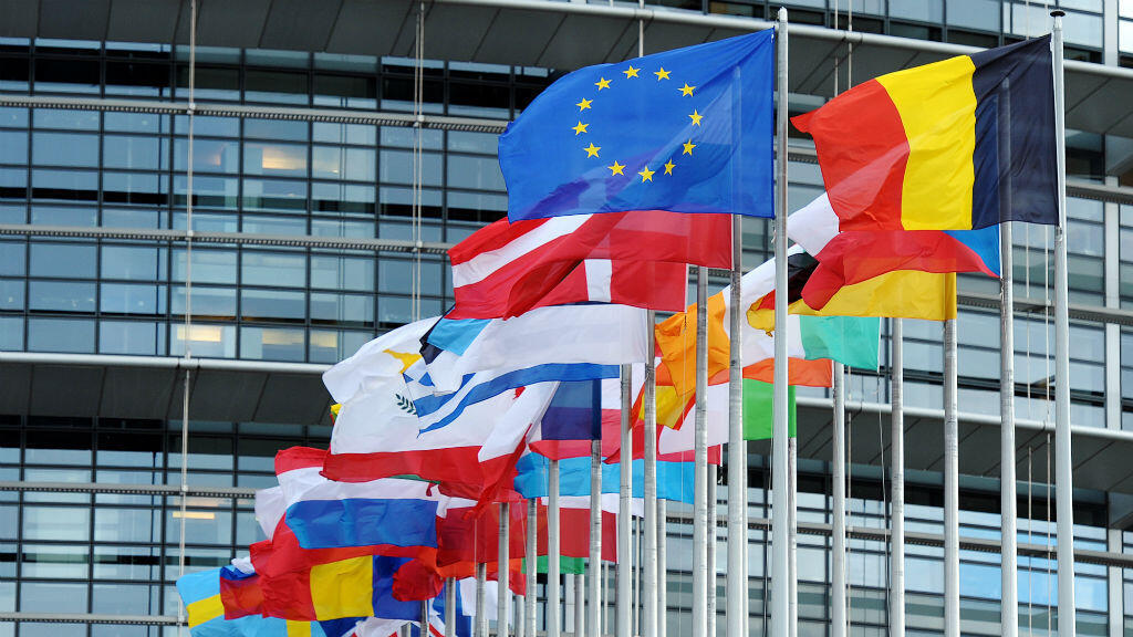 Le drapeau européen et ceux des pays membres de l'UE, devant le Parlement européen de Strasbourg.