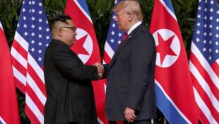 El presidente de Estados Unidos, Donald Trump, le da la mano al líder norcoreano, Kim Jong Un, en el Hotel Capella en Singapur, el 12 de junio de 2018.