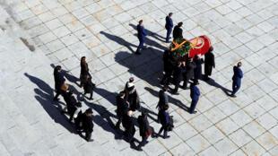 Familiares del difunto dictador español Francisco Franco llevan el ataúd después de la exhumación en el Valle de los Caídos en San Lorenzo de El Escorial, España, el 24 de octubre de 2019.