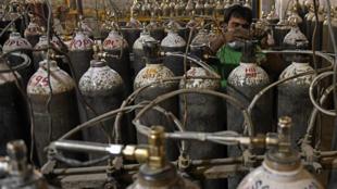 قوارير أكسجين مجهزة للإرسال إلى المرضى في أمريستار الهندية في 28 نيسان/أبريل 2021