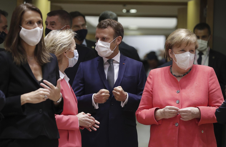 La Première ministre belge, Sophie Wilmes, la  présidente de la Commission européenne, Ursula von der Leyen, le président français, Emmanuel Macron, et la chancelière allemande, Angela Merkel, le 17 juillet 2020 à Bruxelles.