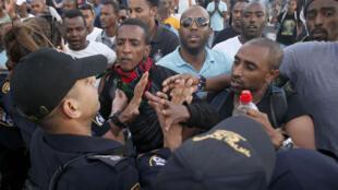 Face à face entre policiers et manifestants israéliens d'origine éthiopienne à Tel Aviv le 3 mai 2015.