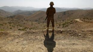 Un soldado hace guardia fuera del puesto avanzado de Kitton a lo largo de la valla limítrofe en la frontera con Afganistán en Waziristán del Norte, Pakistán el 18 de octubre de 2017.
