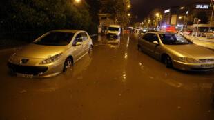 Une rue innondée après de violents orages dans la ville de Nice, le 3 octobre 2015.
