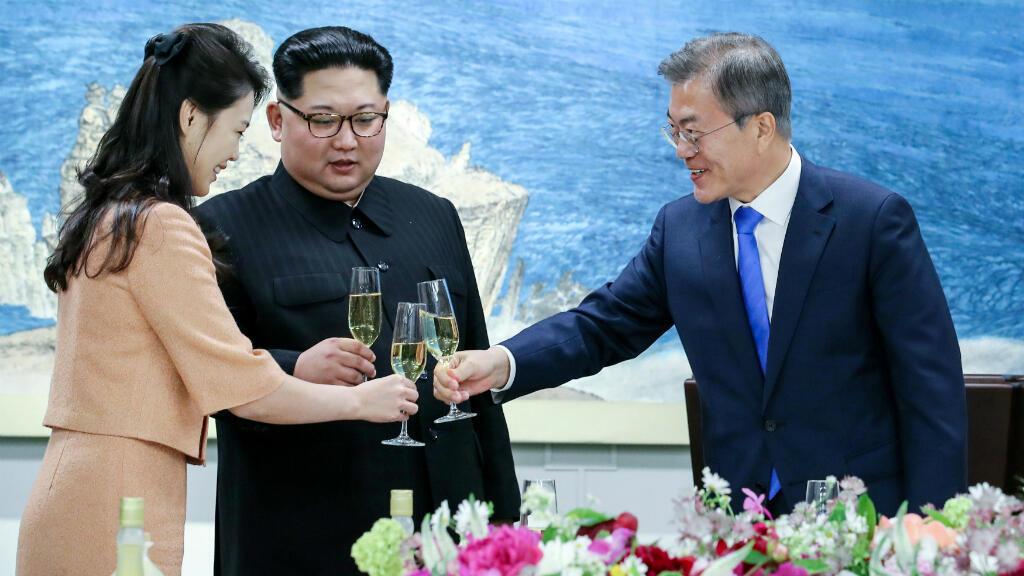 El presidente surcoreano, Moon Jae-In, brinda con el líder norcoreano Kim Jong-Un y su esposa, Ri Sol-Ju, dentro de la zona desmilitarizada que separa las dos Coreas, en Panmunjom, Corea del Sur, el 27 de abril de 2018.