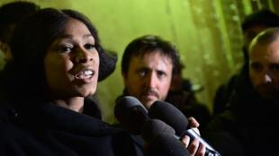 Assa Traoré, la soeur d'Adama, lors d'un rassemblement devant la mairie de Beaumont-sur-Seine, le 22 novembre.