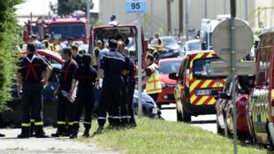 Des agents de police et des pompiers devant le site Air Products, à Saint-Quentin-Fallavier, le 26 juin 2015.