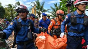 Une équipe de secours dans le village de Carita, dans la province de Banten, le 24 décembre 2018.