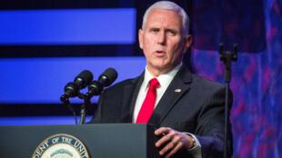 El vicepresidente estadounidense, Mike Pence, mientras ofrecía un discurso de apoyo a Juan Guaidó en Doral, Florida, el 1 de febrero de 2019.
