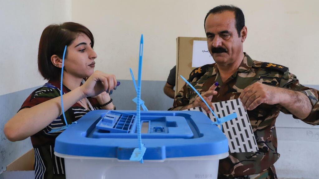 Un colonel s'apprête à voter dans un bureau de vote de Souleimaniye, au Kurdistan iraken, le 28 septembre 2018.
