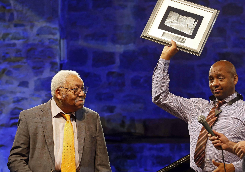El pianista estadounidense Ellis Marsalis Jr. recibe el premio Donostiako Jazzaldia de su hijo, el saxofonista Branford Marsalis, en la plaza de Trinidad como parte de la 51a edición del Jazzaldia San Sebastian Jazz Festival, en San Sebastián, España, el 22 julio de 2016.