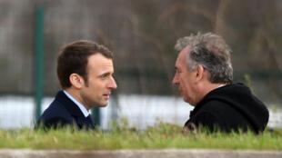 Emmanuel Macron et François Bayrou discutant après les funérailles de Xavier Beulin, le 24 février à Orléans.