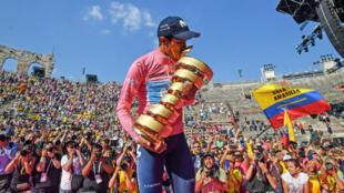 El ecuatoriano Richard Carapaz celebra con el trofeo del Giro de Italia en Verona. 2 de junio de 2019.