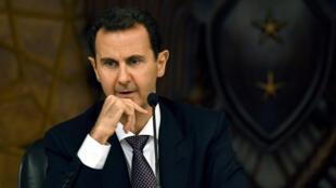 Archivo: Esta fotografía publicada por la Agencia de Noticias Árabe Siria (SANA, por sus siglas en inglés) muestra al presidente de Siria, Bashar al-Assad, mientras preside el comité central del partido gobernante Baath en Damasco el 7 de octubre de 2018.