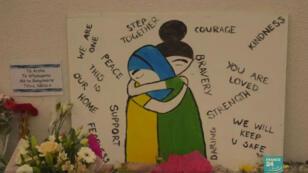 Des dessins déposés près des mosquées visées par l'attentat, en signe de solidarité avec la communauté musulmane.