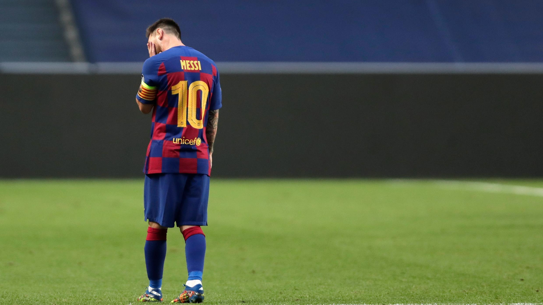 Lionel Messi reacciona después del segundo gol del Bayern Múnich durante el partido de cuartos de final de la Liga de Campeones, en Lisboa, el 14 de agosto de 2020.