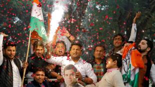 Simpatizantes del principal partido de oposición en India celebran su victoria en las elecciones regionales en Nueva Delhi, el 12 de diciembre de 2018.