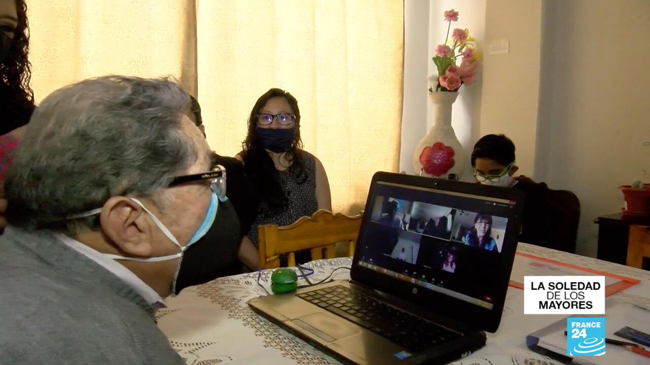 """Jorge Chicaiza, de 81 años, durante un curso virtual. Con la ayuda de su nieto, trata cada día de superar la brecha digital con unas sesiones que le ayudan a """"despejar la mente""""."""