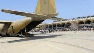 طائرة عسكرية سعودية تحط في مطار عدن بعد استيلاء القوات الموالية للحكومة اليمنية عليه 22 يوليو 2015
