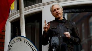 El fundador de Wikileaks, Julian Assange, habla frente a la embajada ecuatoriana en Londres, Reino Unido (Imagen de archivo - 19 de mayo de 2017).