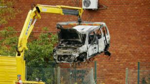سيارة محترقة قرب المخبر العلمي التابع للقضاء