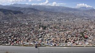 Des passants sur la route entre El Alto et La Paz en Bolivie le 8 mai 2020