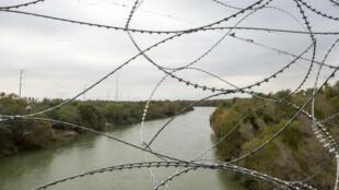 Le pont international reliant McAllen, au Texas, et Reynosa, au Mexique, couvert de barbelés après le déploiement de l'armée en novembre 2018.