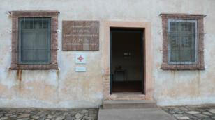 L'entrée de la chambre à gaz de l'ancien camp de concentration de Natzweiler-Struthof.