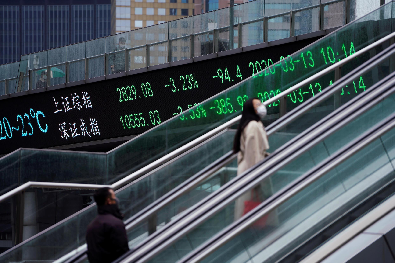 مؤشرات بورصة شنغهاي وشنتشن، في الحي المالي في شنغهاي، الصين، 13 مارس/ آذار 2020.