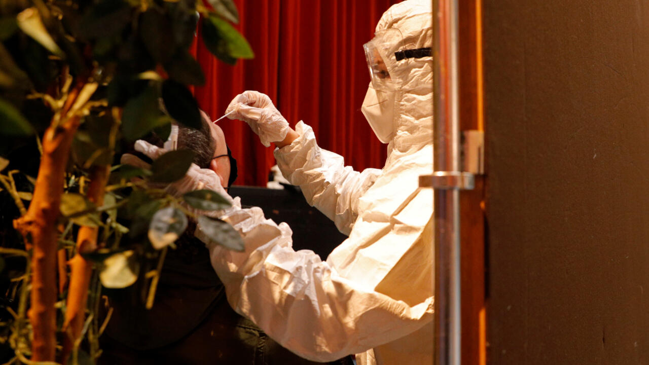 فرنسا تقدم حظر التجول ساعة في ثماني مقاطعات إضافية لمكافحة فيروس كورونا