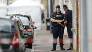 Des policiers dans les rues de Saint-Étienne-du-Rouvray, en Seine-Maritime, mardi 26 juillet 2016.