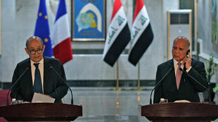 """French Foreign Minister Jean-Yves Le Drian (L) called on Iraq to """"dissociate"""" itself from regional tensions during a one-dy visit to Baghdad"""