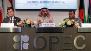 El ministro de Energía ruso, Alexander Novak, el ministro saudí del Petróleo, Khalid al-Falih, y el secretario general de la OPEP, Mohammad Barkindo.