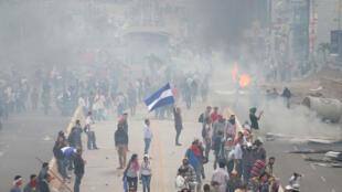 Partidarios de Salvador Nasralla se enfrentan a la Policía mientras esperan los resultados de los comicios del domingo.