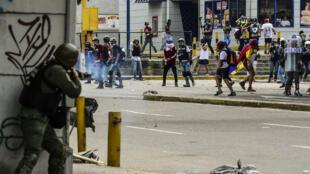Tensions entre des manifestants et les forces de l'ordre samedi 22 juillet à Caracas en marge d'une marche de protestation vers la Cour suprême.