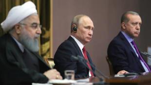 Vladimir Poutine (c), le président turc Recep Tayyip Erdogan (d) et leur homologue iranien Hassan Rouhani, à Sotchi le 22 novembre 2017.