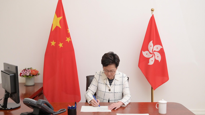 La directora ejecutiva de Hong Kong, Carrie Lam, firma la promulgación de la Ley de Seguridad Nacional en esta imagen publicada por el Departamento de Servicios de Información de Hong Kong el 30 de junio de 2020.