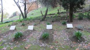 Une photo prise en décembre 2012 montrant les tombes des moines assassinés dans le jardin du monastère de Tibéhirine en Algérie.