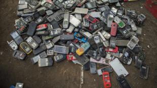 Des vieux téléphones mobiles se retrouvant à la poubelle, au Ghana.
