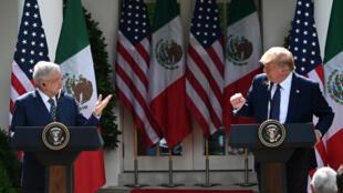 El presidente de Estados Unidos, Donald Trump (D), y el presidente de México, Andrés Manuel López Obrador, celebran una conferencia de prensa conjunta en el Jardín de las Rosas de la Casa Blanca, el 8 de julio de 2020, en Washington.