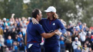 """Francesco Molinari y Tommy Fleetwood del equipo de Europa celebran después de ganar su partido en la modalidad """"Foursomes"""" contra Justin Thomas y Jordan Spieth del equipo de EE. UU."""