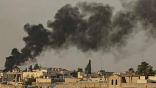 دخان يتصاعد من بلدة رأس العين السورية القريبة من الحدود التركية 9 أكتوبر/تشرين الأول 2019.