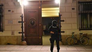 شرطي نمساوي أمام وزارة الداخلية في وسط فيينا في 2 نوفمبر 2020 ، بعد إطلاق نار أسفر عن مقتل ثلاثة مدنيين على الأقل.