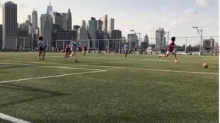 Le terrain de football est situé à Brooklyn, non loin des gratte-ciels de Manhattan.